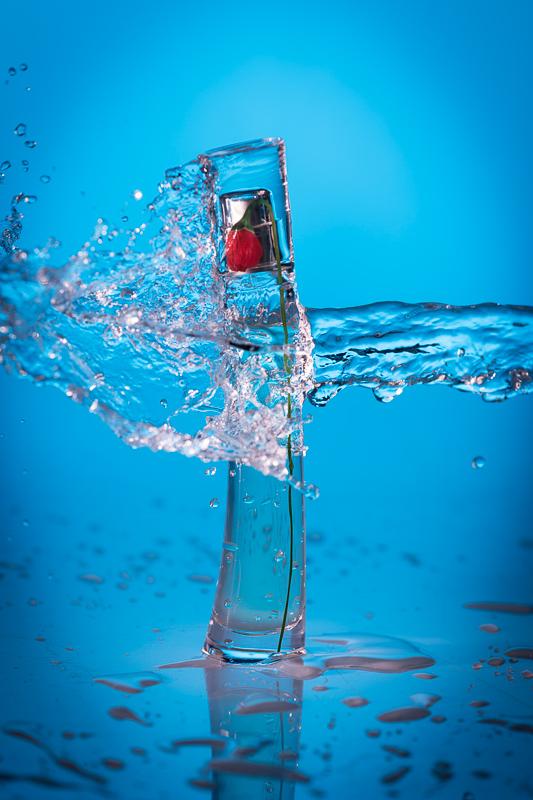 photo bouteille de parfum avec jet d'eau figée